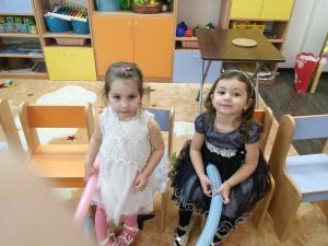 Сидят девчонки в сторонке